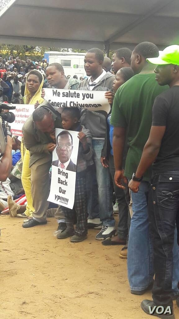 Many Zimbabweans in Harare are calling for Mugabe to go, Nov. 18, 2017. (K. Zvinavashe/VOA)