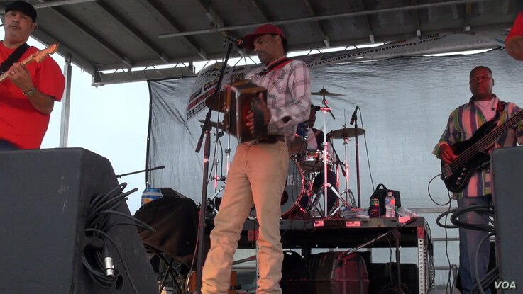 A band called Bon Ton Mickey and the Zydeco Hot Steppers performs at the Brazoria County Crawfish Festival near Houston. (G. Flakus/VOA)