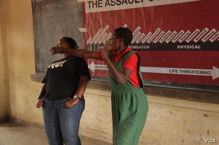 A learner at Ngolowindo primary school in Salima district practices how to disable the potential attacker when she is cornered. (L. Masina/VOA)