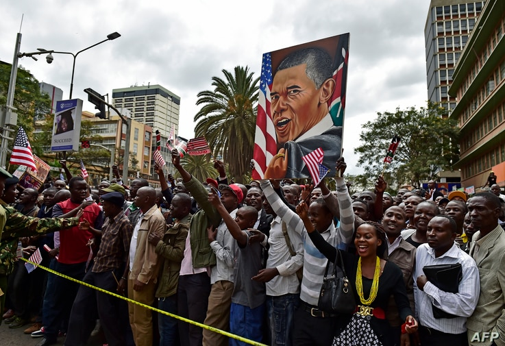 Crowds of Kenyans cheer and hold a painting representing US President Barack Obama near Memorial Park, in Nairobi on July 25, 2015.