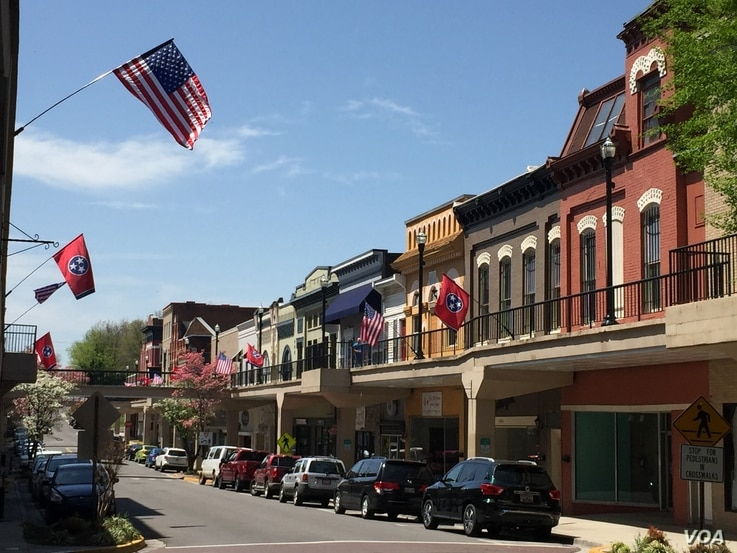 Downtown Morristown, Tennessee is home to restaurants, antique stores, and tea shops. Residents take pride in the historic buildings and unusual second-story sidewalks. (Photo: Marissa Melton / VOA)