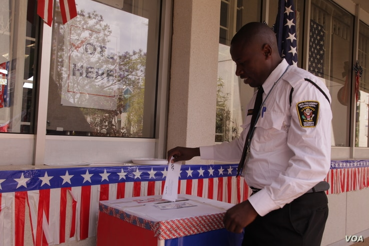 A voter casts his ballot during the U.S. mock elections held the U.S. Embassy in Lilongwe, Malawi, Nov. 8, 2016. (L. Masina/VOA)