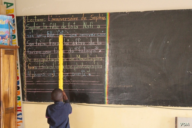 A schoolboy in Alieu Samb primary school leads a reading lesson in French. Dakar, Senegal, Dec. 7, 2017. (Photo: S. Christensen for VOA)