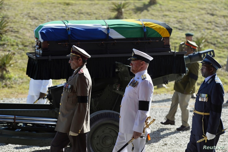 The coffin of South African former president Nelson Mandela is carried on a gun carriage for a traditional burial in after the funeral ceremony in Qunu December 15, 2013.   REUTERS/Odd Andersen/Pool (SOUTH AFRICA - Tags: SOCIETY OBITUARY POLITICS) -