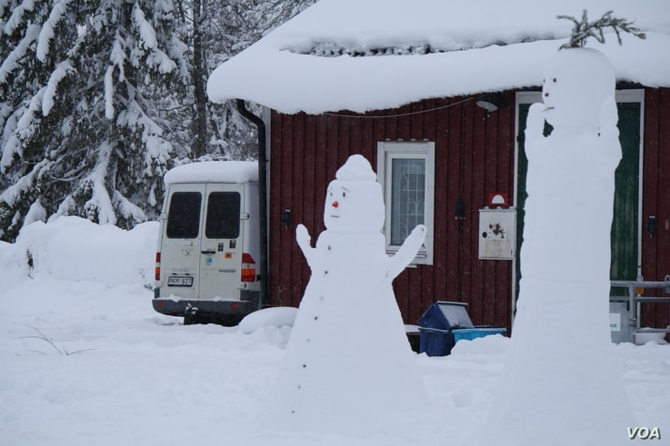 Hej Främling hosts sports and cultural activities in which both refugees and locals participate, like this snowman-building competition at Grytan Camp, Sweden, March 21, 2016. (H. Murdock/VOA)