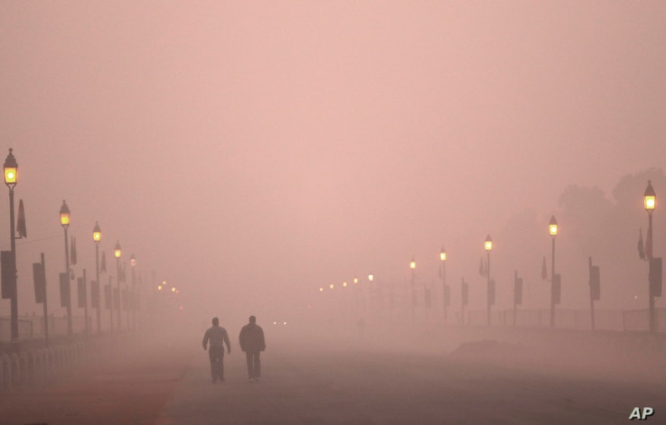 People take early morning walk amid smog in New Delhi, Dec. 26, 2018. In the Indian capital, the air quality hovered between severe and very poor this week posing a serious health hazard for millions of people.