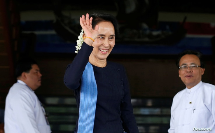 Myanmar's Foreign Minister Aung San Suu Kyi waves her hand to Norway's Foreign Minister Borge Brende (not in picture) after their meeting at Myanmar's Foreign Ministry in Naypyitaw, Myanmar, July 6, 2017.