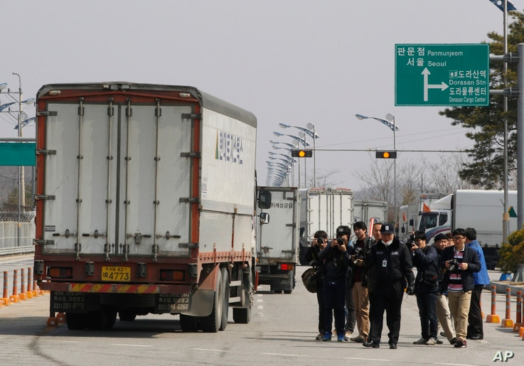 South Korean vehicles turn back after being refused for entry to North Korea's city of Kaesong, at the customs, immigration and quarantine office in Paju, South Korea, near the border village of Panmunjom, April 3, 2013.