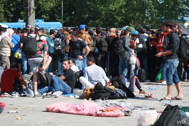 Hundreds of people waited outside the temporary camp all day on Tuesday, saying bad weather and lack of food and water is making more and more people sick, Opatovac, Croatia, September 22, 2015. (Heather Murdock/VOA)