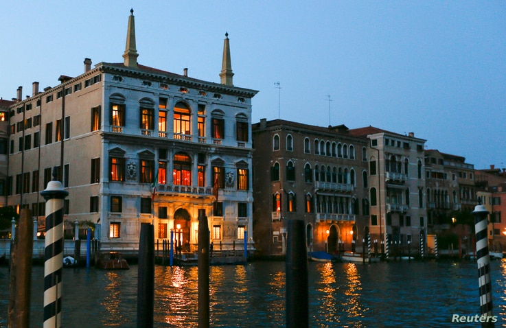 The entrance of the Aman hotel (L) on Venice's Grand Canal, where it is rumored U.S. Hollywood star George Clooney will celebrate his wedding with his fiancee Amal Alamuddin, is seen in Venice, Sept. 25, 2014.