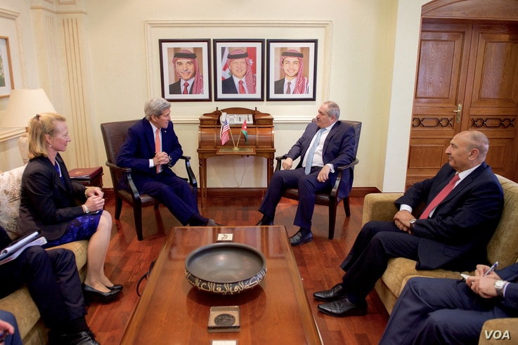 U.S. Secretary of State John Kerry, second from left, speaks with Jordanian Foreign Minister Nasser Judeh, second from right, before a bilateral meeting in Amman, Jordan, Feb. 21, 2016.