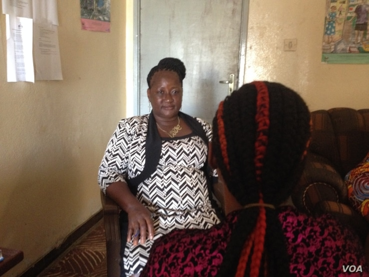 Julie Sesay of Advocaid speaks to a sex worker at the Advocaid office, in Freetown, Sierra Leone, Jan. 16, 2018. (N. deVries/VOA)