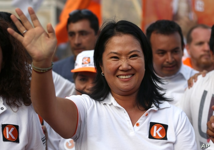 """Presidential candidate Keiko Fujimori, of the """"Fuerza Popular"""" political party, waves to supporters as she campaigns in San Juan de Lurigancho shantytown on the outskirts of Lima, Peru, March 22, 2016."""
