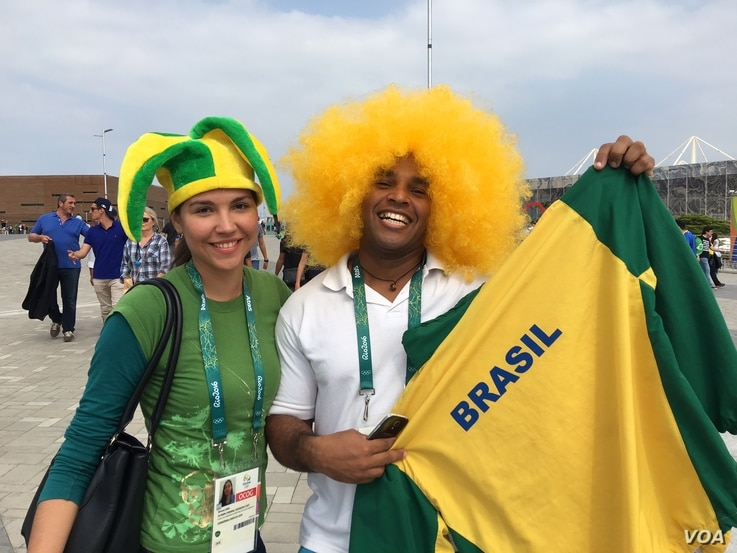 Two fans show their true colors at the Olympic Games in Rio de Janeiro, Brazil, Aug. 8, 2016. (P. Brewer/VOA)