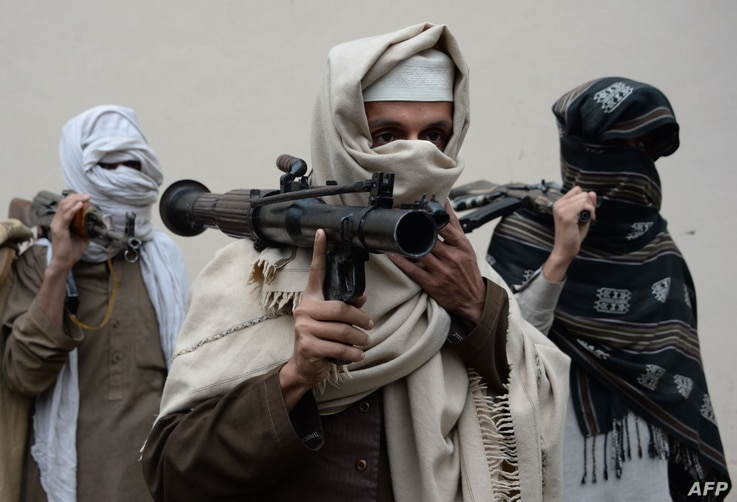 Former Afghan Taliban fighters carry their weapons before handing them over as part of a government peace and reconciliation process at a ceremony in Jalalabad,  Jan. 12, 2016.  More than a dozen former Taliban fighters from Ghani district of Nangarh...
