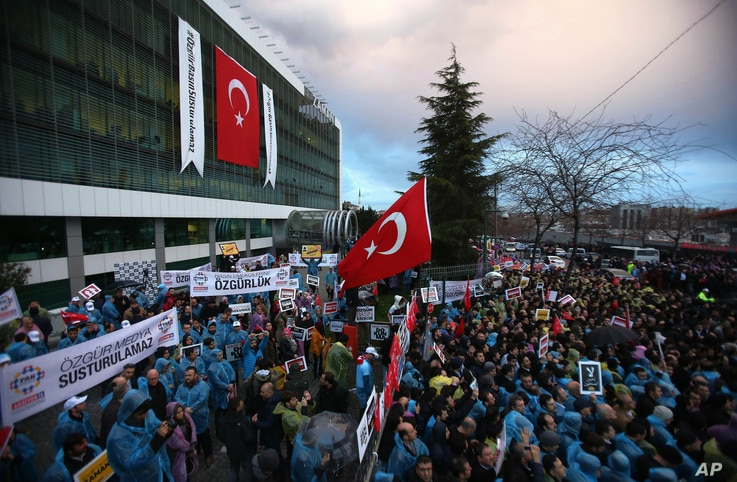 Thousands of people gather in solidarity outside Zaman newspaper in Istanbul on March 4, 2016, after a local court ordered that Turkey's largest-circulation, opposition newspaper, which is linked to a U.S.-based Muslim cleric, be placed under the man...