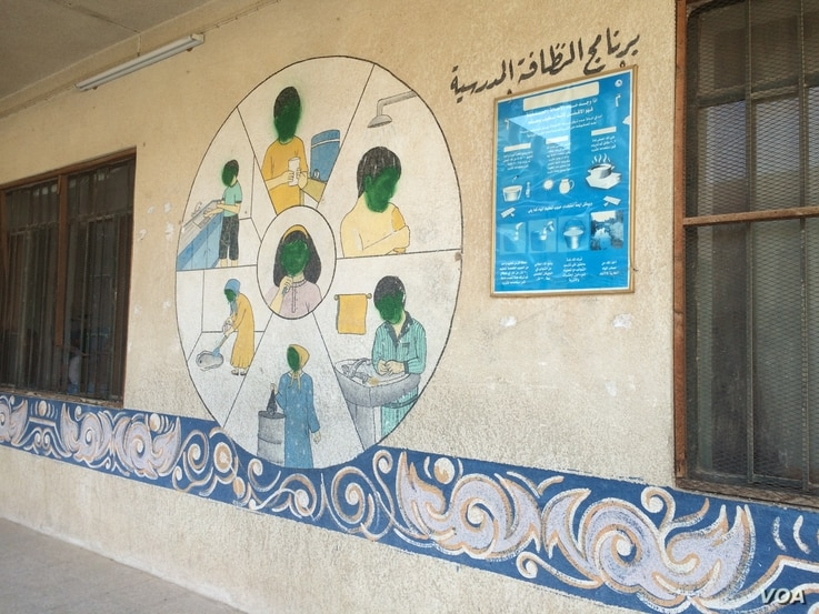 Murals depicting people's faces were vandalized by Islamic State, which said it was sinful to portray faces in art in Mosul, Iraq, Jan. 30, 2017. (H. Murdock/VOA)