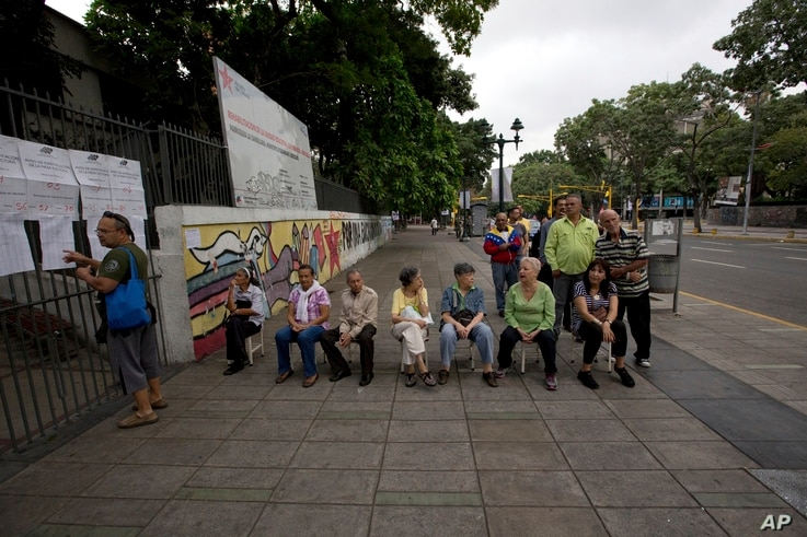 People wait to enter a poll station to cast their ballot during Mayoral Elections in Caracas, Venezuela, Dec. 10, 2017.