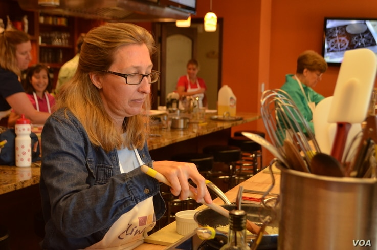 Jane Rasmussen taking a cooking class at Culinaria in Vienna, Virginia. (VOA/S. Logue)