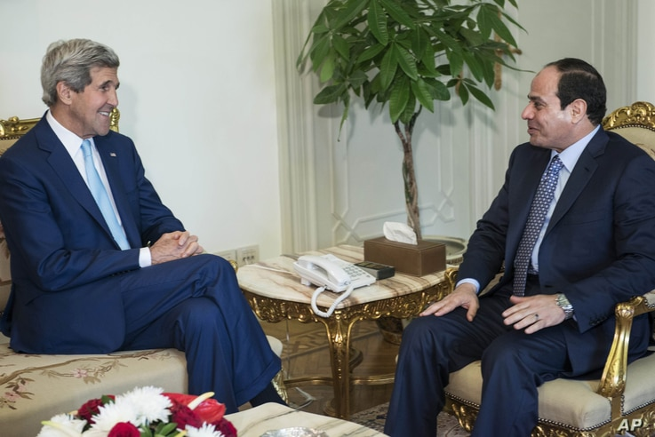 U.S. Secretary of State John Kerry, left, talks with Egypt's President Abdel Fattah el-Sissi before a meeting at the presidential palace in Cairo, Egypt, June 22, 2014.