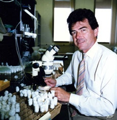 Francisco Ayala, professor of biology and evolutionary genetics, in his laboratory at the University of California (1988)
