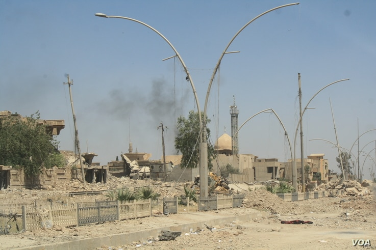 Many Mosul neighborhoods like this one are in ruins, and after families flee they say they have no where to go back to, June1, 2017. (H.Murdock/VOA)