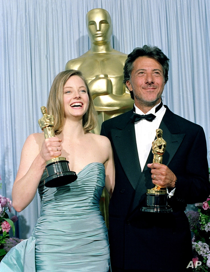 Oscar winners Jodie Foster, left, and Dustin Hoffman pose with their statuettes backstage at the Academy Awards in Los Angeles, Ca., March 29, 1989.