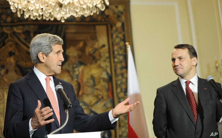 U.S. Secretary of State John Kerry, left, speaks during a press conference after talks with Polish Foreign Minister Radek Sikorski, right, in Warsaw, Poland, Nov. 5, 2013.