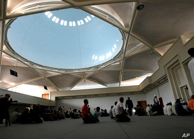 Muslims pray in  Strasbourg mosque in eastern France, Aug. 1, 2011.