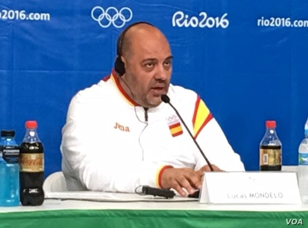Lucas Mondelo, coach of the Spanish women's Olympic basketball team, discusses his team's performance in the gold medal game in Rio de Janeiro, Brazil, Aug. 20, 2016. (P. Brewer/VOA)