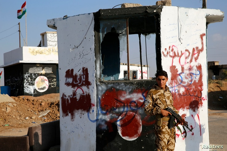 A Kurdish Peshmerga fighter stands at a checkpoint retaken from Islamic State (IS) militants in Barznki village in Zummar, near Mosul September 15, 2014. REUTERS/Ahmed Jadallah (IRAQ - Tags: CIVIL UNREST CONFLICT) - RTR46BUQ