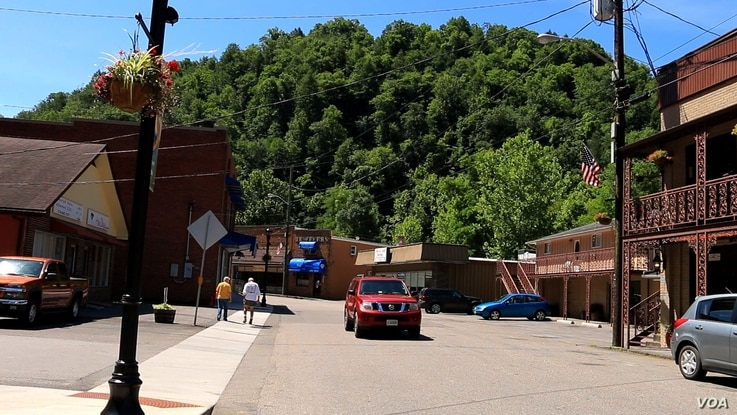A road and store fronts are seen on in the town of Haysi, Virginia (N. Yaqub/VOA). With declining demand for coal, some counties in Virginia are now undertaking projects to attract tourists and adventure seekers.
