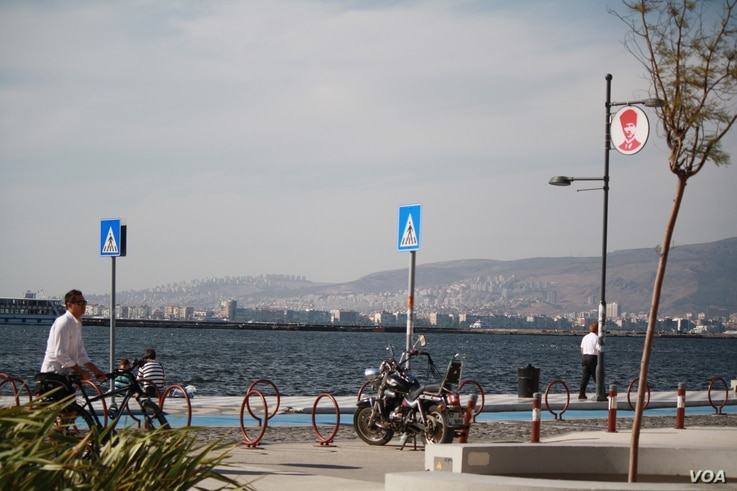 In areas packed with refugees, many people are afraid of cameras, saying their families are in Syria, but on the other side of Izmir it's business as usual for this Turkish holiday city, Sept. 9, 2015 (Photo - H. Murdock/VOA)