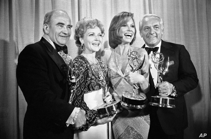 "FILE - Members of ""The Mary Tyler Moore Show"" pose with their Emmys backstage at the 28th annual Emmy Awards in Los Angeles, May 18, 1976. From left are, Ed Asner, Betty White, Moore and Ted Knight."
