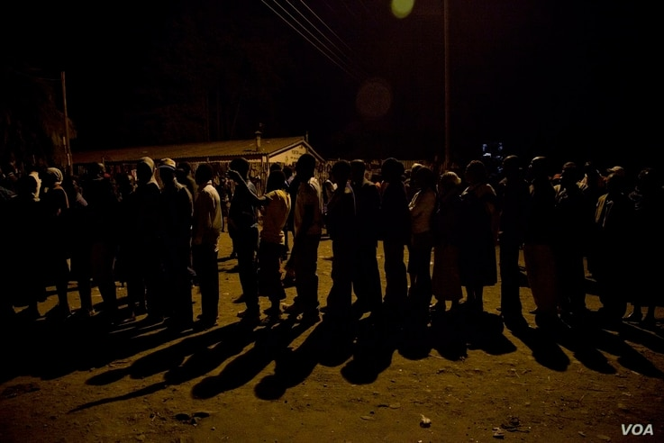 Voters began queuing Sunday night at the Olympic primary school polling station in Kibera, March 4, 2013. (Roopa Gogineni/ VOANews)