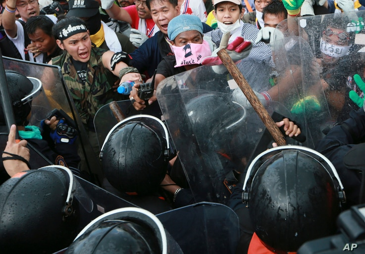 Anti-government protesters confront riot police during a rally in Bangkok, Nov. 25, 2013.