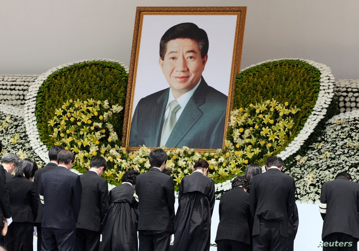 FILE - Family members of former South Korean president Roh Moo-hyun bow for Roh in a funeral service at the Gyeongbok Palace near the presidential Blue House in Seoul, May 29, 2009.