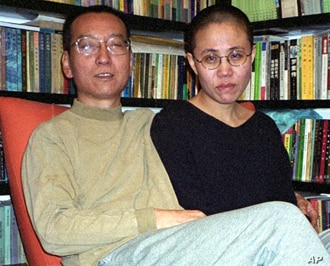 Chinese dissident Liu Xiaobo (L) with his wife Liu Xia (file photo – 22 Oct. 2002)