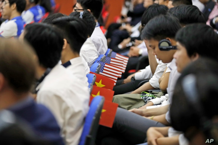 Students and others listen as Secretary of State John Kerry speaks at Ho Chi Minh University of Technology and Education, Jan. 13, 2017 in Ho Chi Minh City, Vietnam.