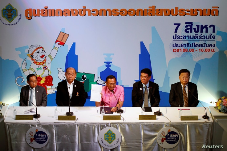 Thailand Election Commission's chairman Supachai Somcharoen (C) gestures during a news conference at the Election Commission Office in Bangkok,  Aug. 7, 2016.