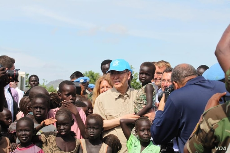 UN Secretary General Ban Ki-moon holds a child as he visits a UN compound in Juba on May 6, 2014, where thousands of people displaced by five months of fighting have sought shelter. The hair of many of the children is beginning to turn red, a sign of...