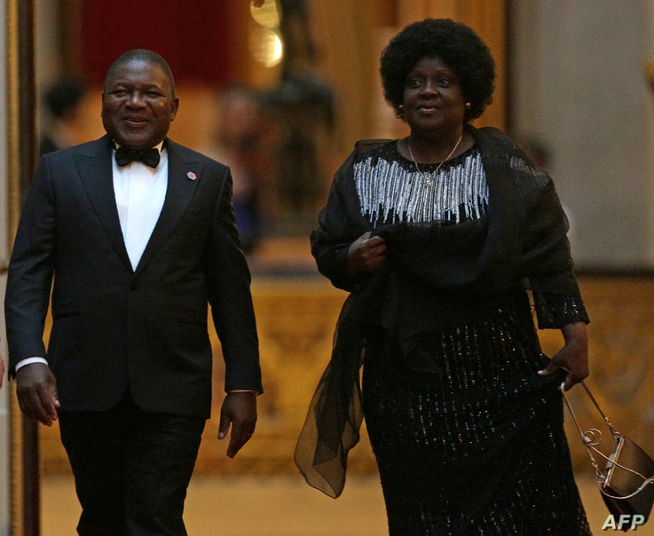 FILE - Mozambique's President Filipe Nyusi, left, and his wife, Isaura, arrive to attend The Queen's Dinner during The Commonwealth Heads of Government Meeting at Buckingham Palace in London, April 19, 2018.