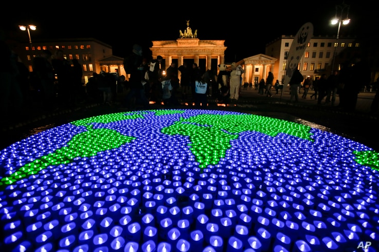 A globe illuminated with led-lights by activists of the World Wide Fund For Nature sits in front of the Brandenburg Gate to mark Earth Hour, in Berlin, March 25, 2017.