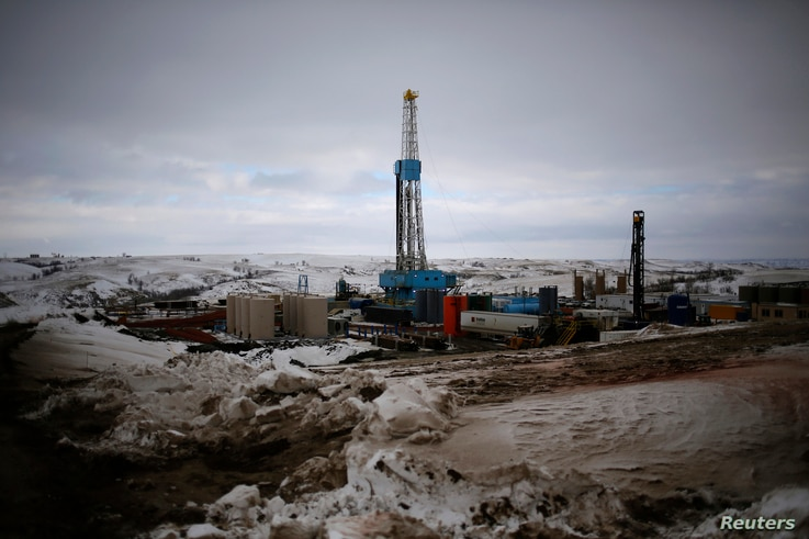 An oil derrick is seen at a fracking site for extracting oil outside of Williston, North Dakota March 11, 2013.  North Dakota's booming oil business has quickly ran up against a serious shortage of housing for the thousands of workers who have poured...