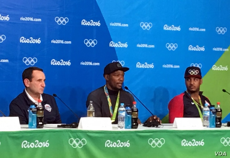 Kevin Durant (center) speaks at a post-game press conference in Rio de Janeiro, Aug. 21, 2016. (photo: P. Brewer/VOA)