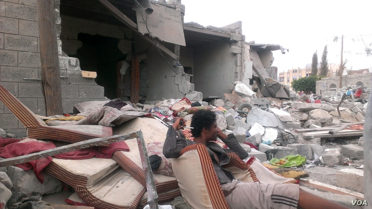 On the day after a July airstrike in Sana'a, Yemen, families mourn their lost relatives but say there is no way they have the resources to rebuild their homes, July 13, 2015. (Almigdad Mojalli/VOA)