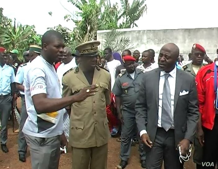 Quetong Handerson Kongeh, the most senior Cameroon government official in the Ntem Valley administrative unit that includes Kiossi confers with local officials, in Kiossi, Cameroon, March 3, 2018. (M. Kindzeka/VOA)