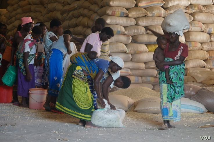 Displaced flood victims share relief items, in Nsanje, Malawi.