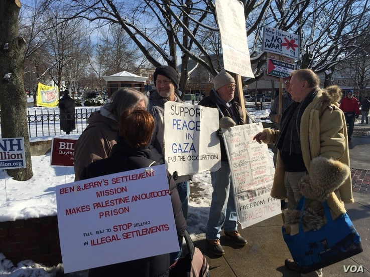 Protesters in Manchester, New Hampshire, Feb. 8, 2016. (Photo: A. Pande / VOA)