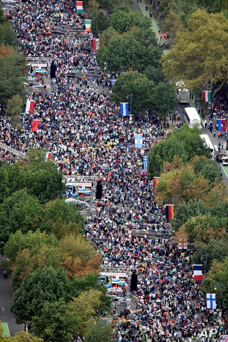People gather on the Benjamin Franklin Parkway before the Papal Mass in Philadelphia on Sunday, Sept. 27, 2015.